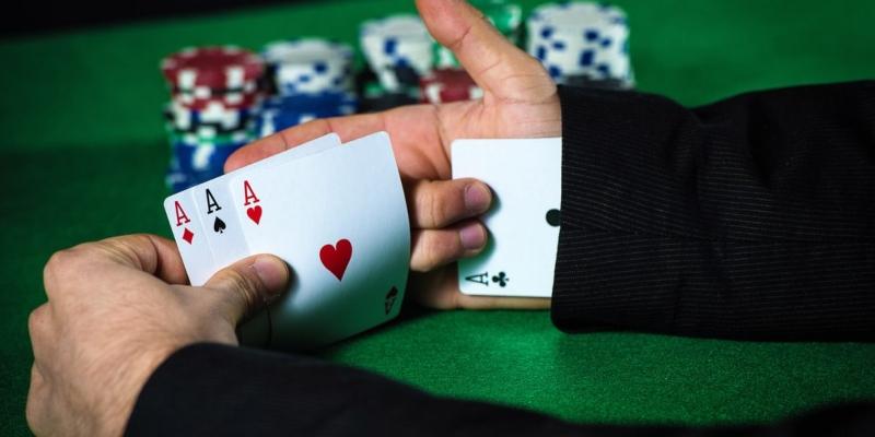 Tramposo de casino con 'As bajo la manga'