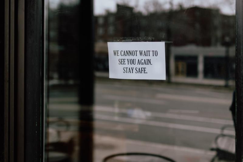 Restaurantes cerrados por no ser negocios esenciales.
