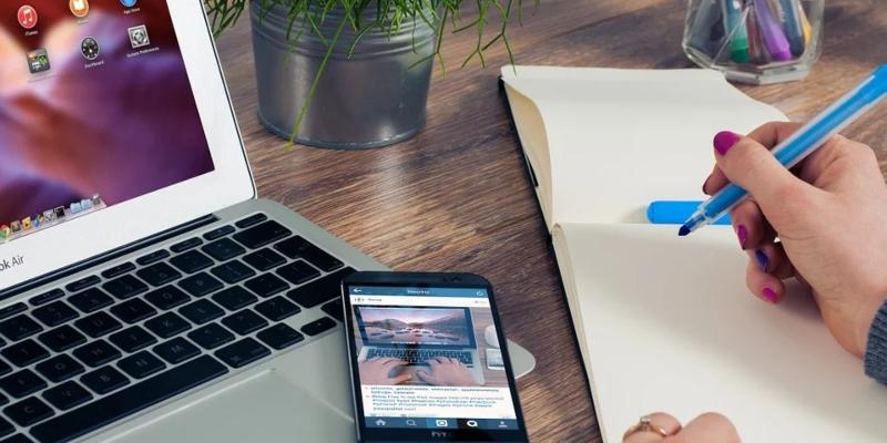 Laptop, Handy und Block reichen oft zur Firmengründung.