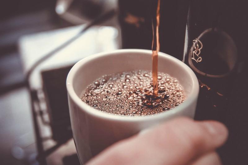 Kaffe fylles i kopp
