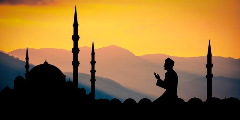 Hombre practicando el Islam en un templo