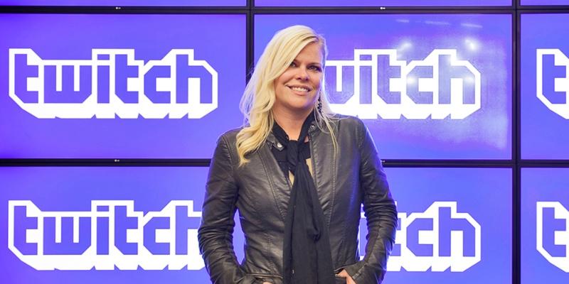 Amber Dalton posa para evento de Twitch