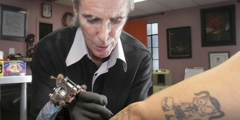 Mark Mahoney entinta el brazo de un cliente en su estudio de West Hollywood, donde tatúa a personajes como Johnny Depp y Angelina Jolie; Spin Casino Blog