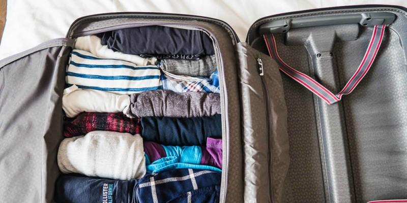 Eingerollte Kleidung im Koffer