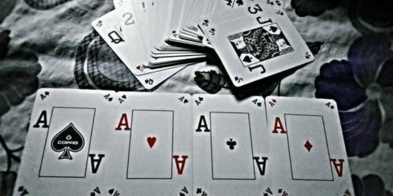 Ein Spieler wirft seine beiden Könige auf den Tisch.