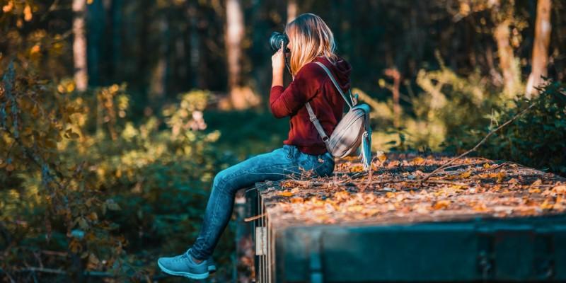 девушка фотографирует природу