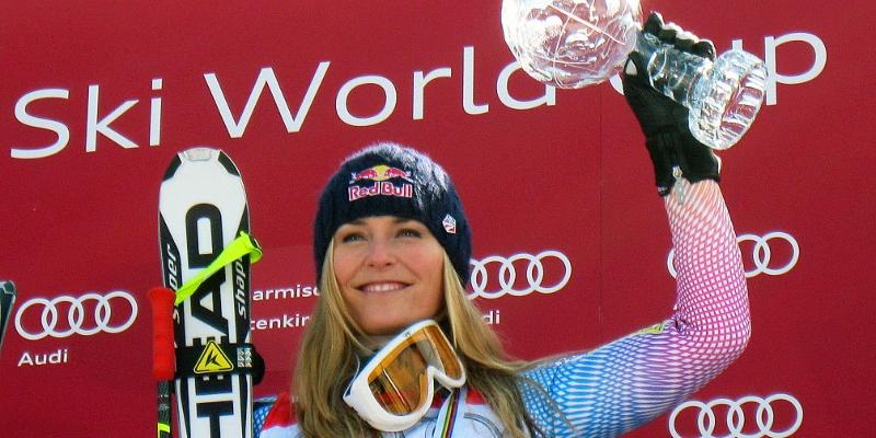 La esquiadora Lindsey Vonn levanta el trofeo
