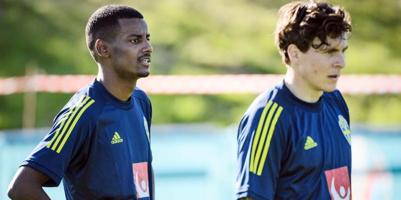 Sweden's Alexander Isak and Victor Lindelof in training
