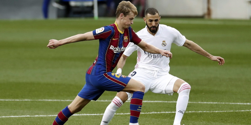 Frenkie de Jong and Karim Benzema vie for the ball in the October Clasico; Spin Sports Blog