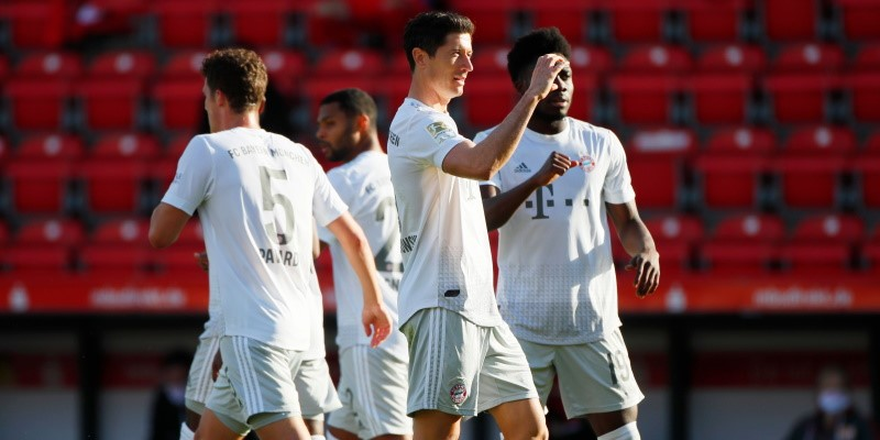 Robert Lewandowski celebrates with his Bayern teammates