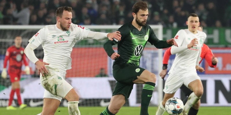 Admir Mehmedi challenged by two Werder Bremen players