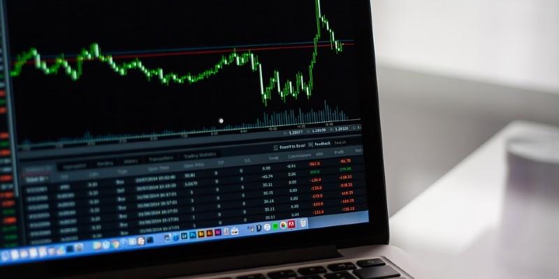 aksjehandel oversikt på en bærbar PC