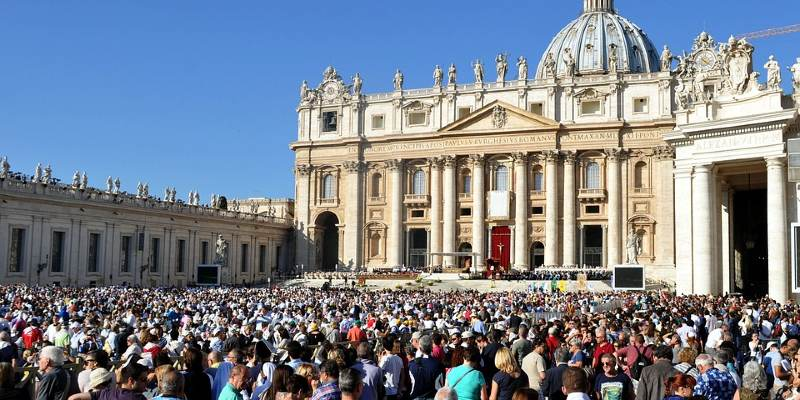 Crowd in front of the Vatican