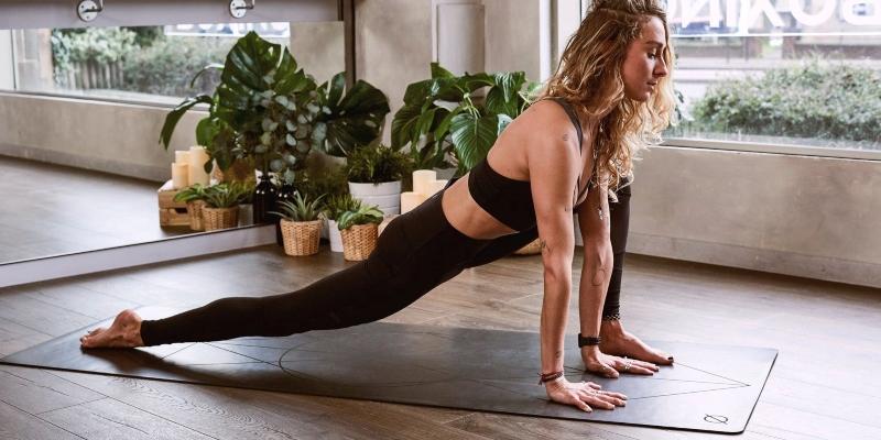 Joogaa on helppo harjoittaa joogasalin lisäksi myös kotona.