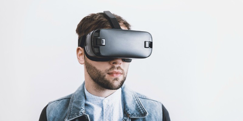 Gutt med VR-briller