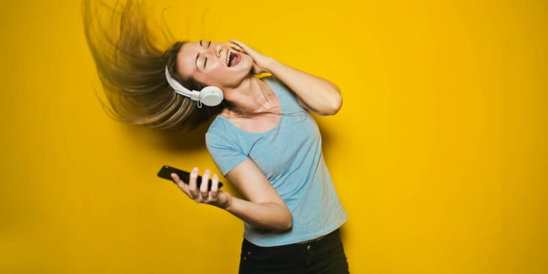 mulher com fones de ouvido escutando música no celular